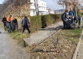I pastrojnë vullnetarisht rrugët kryesore të fshatit