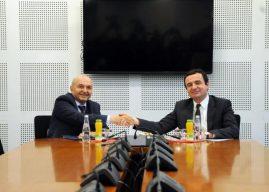 Nis takimi Kurti-Mustafa, pranë Kuvendit shihen ambasadori gjerman dhe britanik