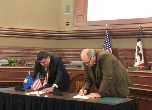 Lutfi Haziri e Bob Scott nënshkruajnë marrëveshjen për binjakëzimin e Gjilanit me Sioux City të SHBA've