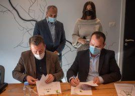 Kastrati nënshkruan tri marrëveshje me Fondin e Kosovës për Efiçiencë të Energjisë