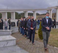 Kastrati bën homazhe tek varrezat e dëshmorëve për nder të Epopesë së UÇK-së