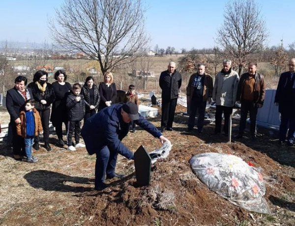 Haliti me rastin e 7 Marsit, vendos kurora lulesh në varret e disa mësimdhënësve të ndjerë