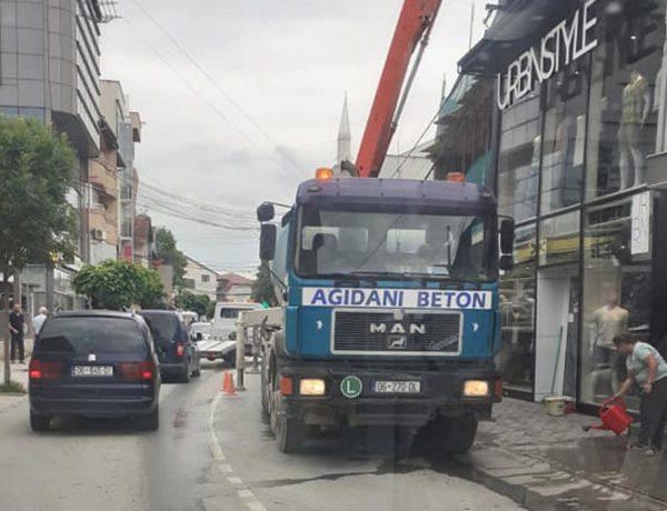 Në pikë të ditës e bllokojnë rrugën, askush nuk merr përgjegjësi