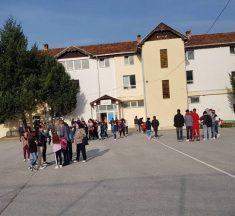 Në Karaqevë sërish nuk hapet shkolla, protestojnë banorët